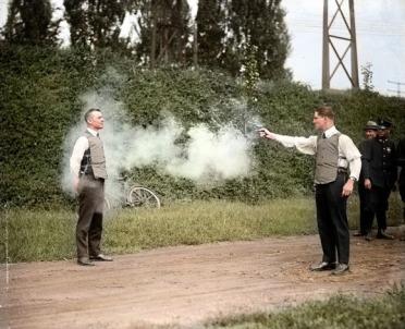 W.H. Murphy e seu sócio demonstrando seu colete à prova de balas. 13 de Outubro, 1923