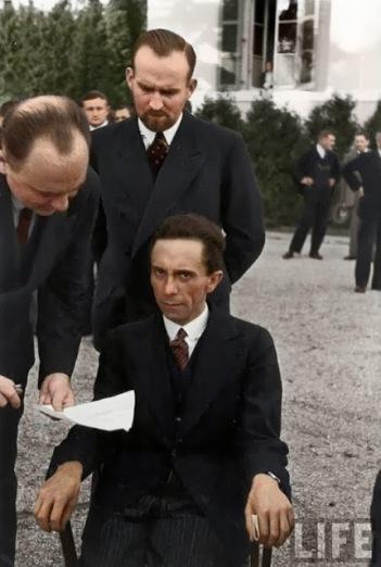 Joseph Goebbels olhando feio para o fotógrafo Alfred Eisenstaedt depois de descobrir que ele era judeu, 1933