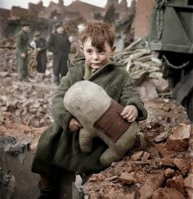 Garoto abandonado segurando um boneco de pelúcia. Londres, 1945