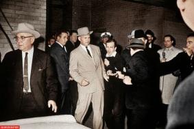 Lee Harvey Oswald, assassino de John F. Kennedy, no momento em que ele próprio é assassinado com um tiro