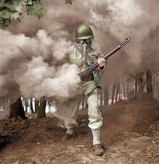 Sargento George Camblair fotografado por Jack Delano enquanto treinava o uso de máscara de gás (1942)