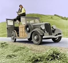 Retrato da fotógrafa documental Dorothea Lange sobre seu carro com sua câmera fotográfica (1936)