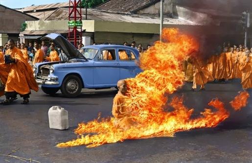 Monge ateando fogo em si mesmo como protesto, por Malcolm Browne. Thích Quảng Đức (1963)