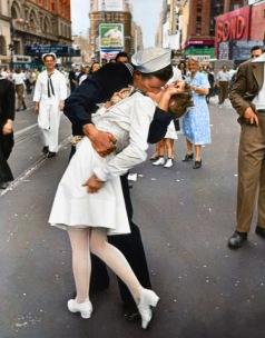 Fotografia de Alfred Eisenstadt que retrata um marinheiro americano beijando uma mulher vestida de branco durante a celebração do Dia da Vitória sobre o Japão na Times Square em 14 de agosto de 1945