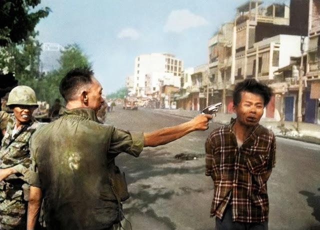 A execução de um membro da Frente Nacional de Libertação de Vietnam a mando do chefe da polícia sulvietnamita Nguyen Ngọc Loan em uma rua de Saigón. Por Eddie Adams (1968)