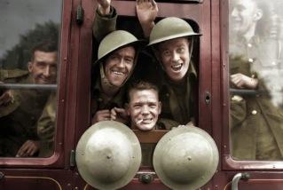 Tropas britânicas embarcando no trem para a primeira etapa da viagem até a frente ocidental – Inglaterra, 20 de setembro de 1939