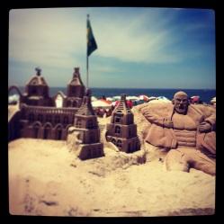 Esculturas na areia da praia de Copacabana