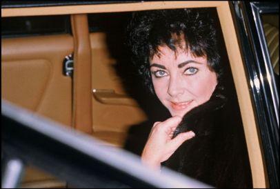A atriz Elizabeth Taylor na cidade suíça de Gstaad, 24 de dezembro de 1979 - DANIEL ANGELI