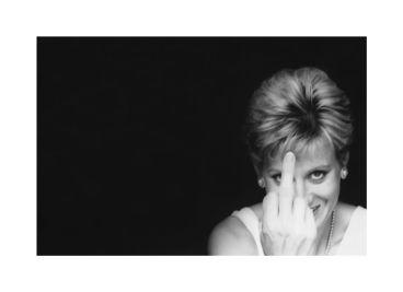 Sem lugar a dúvidas, cansada e asfixiada de tanto acosso, Lady Diana Spencer mandou uma mensagem aos paparazzi do momento. A instantânea seria entre divertida e terrível... se não fosse falsa: trata-se de uma foto montagem de Allison Jackson intitulada 'Diana Finger-Up', do ano 2000, com uma dupla da Princesa de Gales - ALISON JACKSON