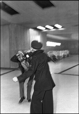 Marlène Dietrich agride um fotógrafo no aeroporto de Orly [Francis Apesteguy], Paris, 1975 - DANIEL ANGELI