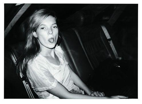 Na imagem, Kate Moss na Fashion Week, em Paris, 1992 - BRUNO MOURON