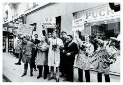 """Paparazzi em greve em frente à casa de Brigitte Bardot, avenida de Paul-Doumer, em Paris, 1965. Os fotógrafos exibem cartazes com os lemas """"1955... busca-nos. 1965... recusa-nos"""", """"B. B., lembre do teu começo"""" - PASCAL ROSTAIN / BRUNO MOURON"""
