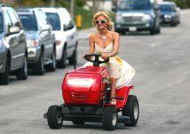 Também há espaço para celebrities de nosso tempo. Paris Hilton em um cortador de grama, 21 de março de 2006 - SÉBASTIEN VALIELA