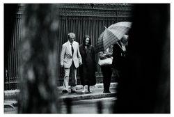 Woody Allen e Soon Yi, filha adotiva da ex-mulher do diretor, Mia Farrow, e que anos depois se converteria em sua esposa. O casal passeia pelas Tullerías, em Paris, outubro de 1994 - PASCAL ROSTAIN/BRUNO MOURON