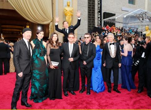 Benedict Cumberbatch photobombando o U2