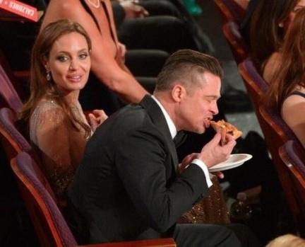 Brad Pitt matando a larica com uma pizza