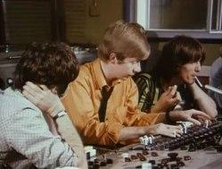 Geoff (C) com Paul e George na cabine de som dos estúdios Abbey Road.
