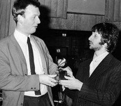 Geoff recebe o Grammy das mãos de Ringo, em 1968.