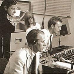 Martin e Geoff em ação, observados por Brian Epstein e uma girl que eu não sei quem é