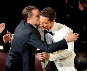 O beijo carinhoso de Leo and Matthew