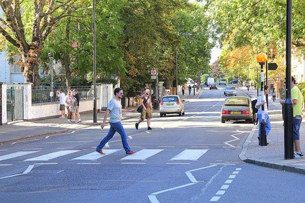 Sal atravessando a rua Abbey