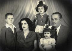 A família Rousseff (da esquerda para a direita)- o filho mais velho, Igor, a mãe, Dilma Jane Coimbra Silva, as filhas Dilma Vana e Zana Lúcia, e o pai Pedro (Pétar) Rousseff