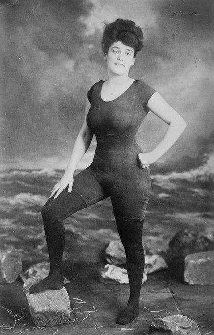 Annette Kellerman promove o direito das mulheres ao usar um maiô em 1907. Ela foi presa por atentado ao pudor