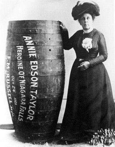 Annie Edison Taylor, a primeira pessoa a sobreviver descendo as Cataratas do Niágara em um barril, 1901