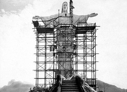 """Cristo Redentor, uma peça do """"Art Déco"""", movimento de design ultramoderno da época. Foi inaugurado em 1931"""