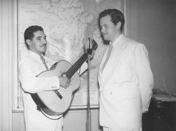 """Dorival Caymmi e Orson Welles, o """"Cidadão Kane"""". Em fevereiro de 1942, Orson Welles veio ao Brasil para gravar o filme """"It's All True"""", que não foi finalizado por problemas na produção. Caymmi não resistiu quando ficou frente a frente com Welles, e pediu autógrafo. O filme inacabado, teria canções de Caymmi na trilha sonora"""