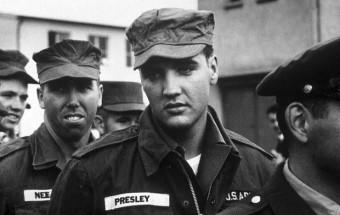 Elvis Presley durante seu serviço no exército, em 1958