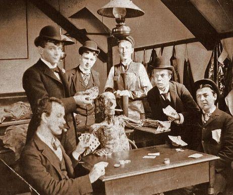 Estudantes de medicina posam com um cadáver por volta de 1890