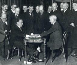 """Harry Houdini fazendo a """"trapaça do espírito"""", em 1925"""