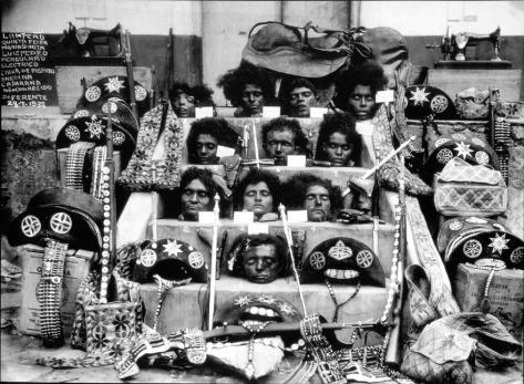 Lampião, seus homens e sua mulher, Maria Bonita, foram mortos e decapitados pelo exército em 1938. Suas cabeças foram expostas nas escadas de uma igreja em Alagoas
