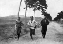 Maratonistas nos primeiros jogos olímpicos modernos em Atenas, Grécia, em 1896