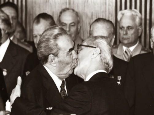O Beijo Fraternal Socialista entre Leonid Brezhnev e Erich Honecker, em 1979