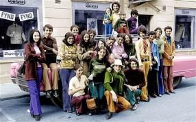 O jovem Osama Bin Laden com sua família em férias na Suécia nos anos 70. Bin Laden é o segundo da direita com camisa verde e calça azu