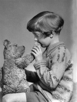 Os verdadeiros Ursinho Pooh e Christopher Robin, em 1927