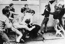 """Confronto entre estudantes das universidades Mackenzie e USP, em São Paulo, conhecido como """"Batalha da Maria Antônia"""". Capítulo mais grave da disputa ideológica entre esquerda (USP) e direita (Mackenzie), ocorrido em 3 de outubro de 1968. Boris Casoy participou desse confronto, pela Mackenzie."""