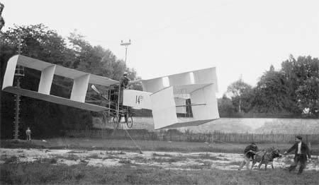 Santos Dumont testa sua criação, o 14 Bis, o primeiro veículo voador mais pesado que o ar, com a ajuda de um burro e cabos de aço, por volta de 1906