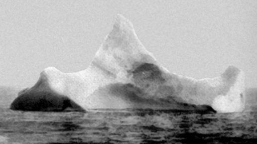 Um iceberg fotografado em 1912, tendo uma marca inconfundível de tinta preta e vermelha. Acredita-se que este foi o iceberg que afundou o Titanic