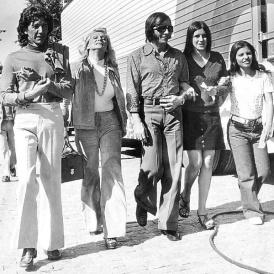 Wilton Franco, Hebe Camargo e Emerson Fittipaldi passeiam no Sumaré em São Paulo nos anos 70